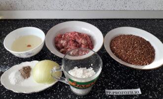Шаг 1: Подготовьте все ингредиенты для тефтелей: фарш, рис, лук, соль, перец, гречневую крупу, растительное масло.
