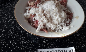 Шаг 2: Добавьте в фарш половину луковицы, рис, соль и перец. Тщательно перемешайте. Смажьте руки растительным маслом и сформируйте тефтельки.