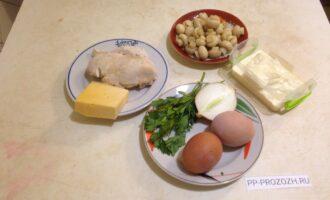 Шаг 1: Приготовьте продукты по списку ингредиентов. Предварительно отварите куриное филе в слегка подсоленной воде. Также отварите яйца вкрутую.