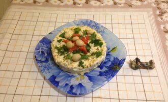 Шаг 8: Сверху посыпьте натертым сыром и дайте салату постоять около часа. Снимите кольцо, украсьте по желанию и подавайте к столу.