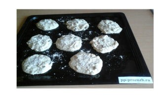 Шаг 5: Противень смажьте растительным маслом и слегка присыпьте мукой, чтобы готовое печенье легче снималось. Выложите печенье ложкой на противень, разровняйте и посыпьте сверху оставшейся кокосовой стружкой.