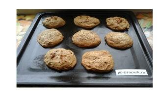 Шаг 6: Уберите противень в духовку, предварительно разогретую до 170 градусов. Выпекайте печенье 20 минут, пока оно не зарумянится. После указанного времени, достаньте печенье и дайте ему слегка остыть.