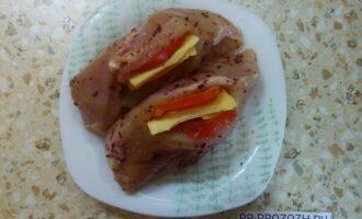 Шаг 4: В кармашек  положите кусочки сыра и помидора