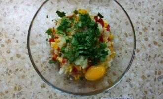 Шаг 6: Добавьте яйцо и мелко порубленую зелень.