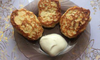 Шаг 5: Готовые сырники выложите на тарелку. По желанию можете полить сметаной.