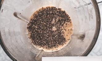Шаг 4: Добавьте в смесь мёд и семена чиа. Снова все хорошо взбейте.