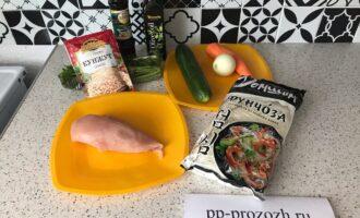 Шаг 1: Подготовьте продукты для приготовления фунчозы с курочкой и овощами. Морковь и лук очистите от кожуры.
