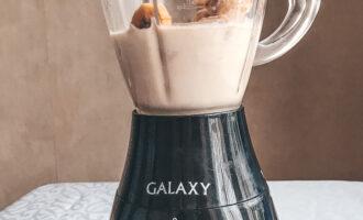 Шаг 3: Налейте молоко в блендер, добавьте кусочки замороженного банана. Хорошо все взбейте.