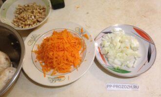 Шаг 4: Морковь натрите на крупной терке, лук порежьте кубиком.