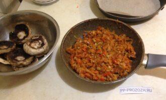 Шаг 6: В сковороду с антипригарным покрытием влейте 2 ложки оливкового масла, положите овощи и тушите 5 минут. Добавьте грибы (измельченные ножки), тушите еще 7 минут. Добавьте соевый соус, перемешайте. Начинка для грибов готова.