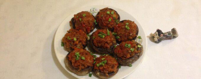 Фаршированные шампиньоны с помидорами в духовке