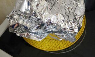 Шаг 3: Далее достаньте и накройте фольгой, чтоб влага распределилась равномерно, и перчик можно было очистить легко.