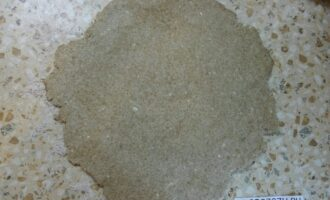 Шаг 6: Тесто раскатайте на присыпанной мукой поверхности.