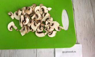 Шаг 4: Нарежьте грибы на слайсы и слегка обжарьте на небольшом количестве оливкового масла.