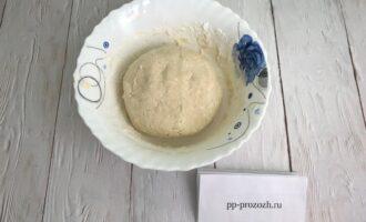 Шаг 3: Добавьте муку, разрыхлитель и сахарозаменитель, перемешайте и замесите руками тесто. Отправьте его в холодильник на 30 минут.