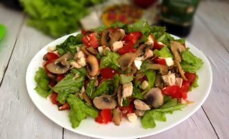 Салат с моцареллой, курицей и шампиньонами