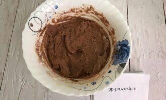 Шаг 3: Добавьте сметану, какао, разрыхлитель, растопленное кокосовое масло, муку и еще раз взбейте.