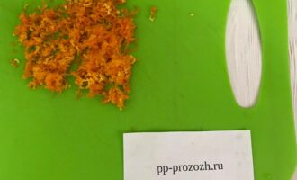 Шаг 3: Натрите на мелкой терке цедру одного апельсина.