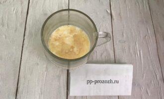Шаг 2: Высыпьте желатин в теплое молоко и оставьте набухать минут 20.