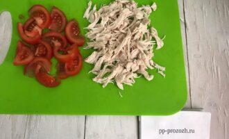 Шаг 5: Помидоры нарежьте, куриное филе измельчите на волокна.