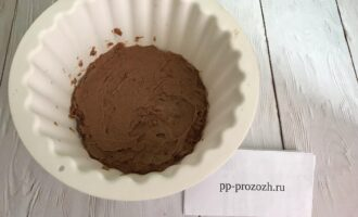 Шаг 4: Выложите тесто в форму с маленьким диаметром и выпекайте в разогретой до 180 градусов духовке 30 минут. Готовность проверяйте зубочисткой.