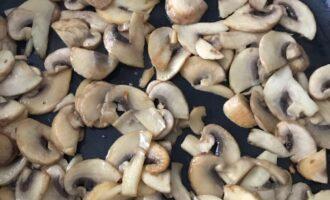 Шаг 7: Обжаривайте до тех пор, пока из грибов не испарится жидкость и они слегка не подрумянятся.