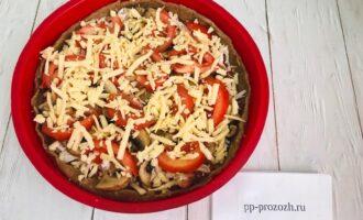 Шаг 9: Выложите на соус куриное филе, грибы, помидоры. Посолите и посыпьте сыром. Отправьте в духовку на 15 минут.