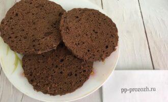 Шаг 6: Готовый и остывший бисквит разрежьте на коржи (у меня получилось 3 коржа).