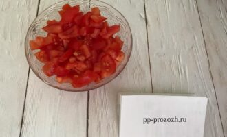 Шаг 4: Нарежьте помидоры кубиками.