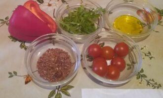 Шаг 1: Возьмите болгарский перец, помидоры черри, рукколу, семена льна и горчичное масло.