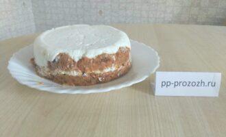 Шаг 9: Выньте тортик из морозилки. Осторожно переверните тортик на тарелку и снимите аккуратно пищевую пленку.