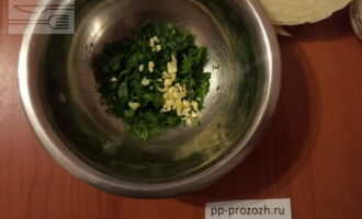 Шаг 2: Нарежьте зелень и чеснок.