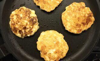 Шаг 6: Обжарьте с двух сторон, на среднем огне, минут по 5-7 до готовности. Сковороду лучше накрыть крышкой, чтобы сырники хорошо пропеклись.