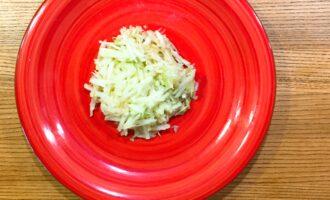 Шаг 3: Очистите яблоко от кожуры и натрите на крупной терке.