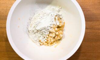 Шаг 5: Добавьте протеин и хорошенько перемешайте. Масса получается немного сухой, но из нее хорошо формируются сырники.