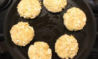 Шаг 6: Сформированные сырники выложите на разогретую и смазанную маслом сковороду. Накройте крышкой.