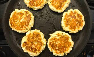 Шаг 7: Обжарьте сырники с двух сторон примерно по 5 минут, на огне ниже среднего.