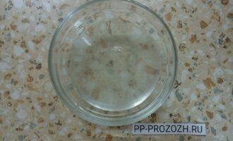 Шаг 2: В воде растворите соль и добавьте масло.