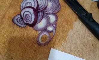 Шаг 4: В это время нарежьте кольцами лук.