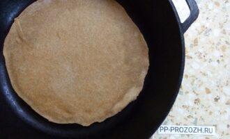 Шаг 7: Лаваш обжарьте с двух сторон на сковороде без масла.
