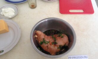 Шаг 2: Замаринуйте мясо в смеси соевого соуса с 1 зубчиком чеснока, пропущенного через пресс и порезанной петрушки. Отставьте на 40 минут.