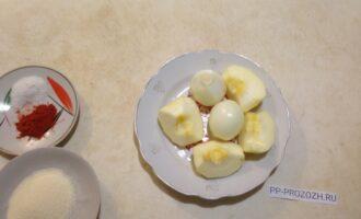 Шаг 2: Почистите яблоко и лук. У яблока вырежьте коробочку с семечками.