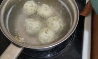 Шаг 5: Доведите воду до кипения. Формируйте шарики и варите их 3 минуты.