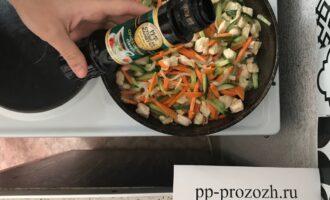 Шаг 8: После того, как овощи и мясо обжарили, добавьте соевый соус.