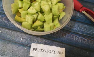 Шаг 4: В это время очистите авокадо и огурец. Нарежьте произвольно.
