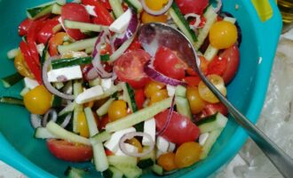 Шаг 10: Вылейте заправку на овощи, все тщательно перемешайте.
