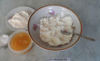 Шаг 3: Добавьте к творогу муку, мед, щепотку соли. Хорошо перемешайте.