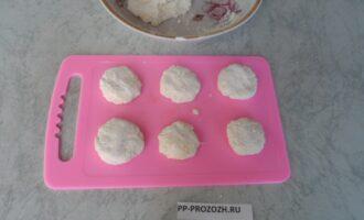 Шаг 4: Из готового теста сформируйте сырники.