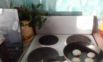 Шаг 5: Подсолнечным маслом смажьте сковороду и разогрейте. Обжаривайте сырники с каждой стороны около минуты.