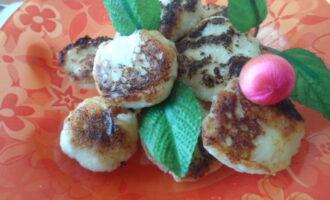 Шаг 6: Готовые сырники подавайте к столу горячими.